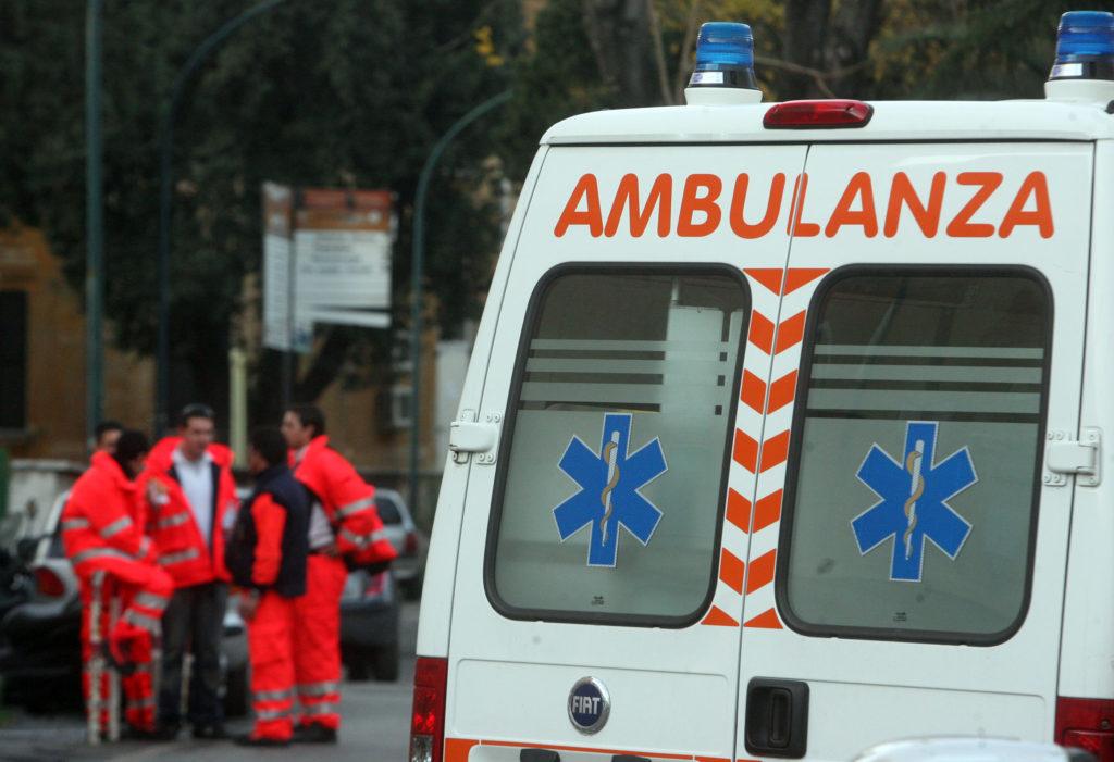 Un' ambulanza all'interno del Policlinico Umberto I° a Roma, dove i carabinieri del Nucleo Antisofisticazioni di Roma hanno effettuato perquisizioni, controlli e verifiche dopo la situazione di degrado denunciata dal settimanale l'Espresso. CLAUDIO PERI /ANSA /JI
