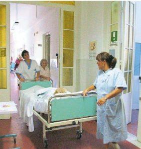 Ospedale Livorno, denuncia Cgil: «Squadra trasporto degenti ridotta all'osso: 2 operatori invece di 8, cancellati 20 esami in un giorno»