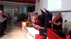 Congresso Cgil provincia di Livorno, tutti in piedi per il finale della relazione del segretario Zannotti